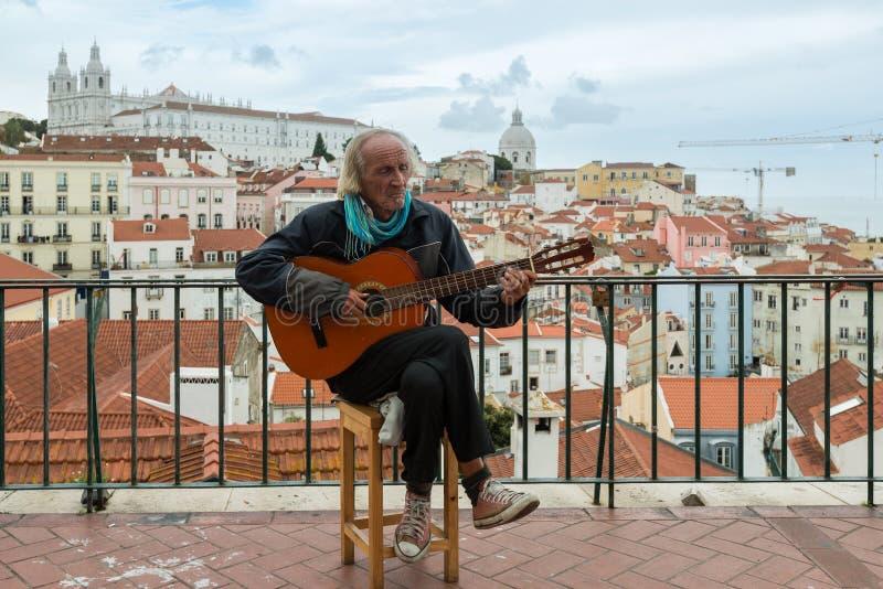 Типичный музыкант фаду в Лиссабоне стоковые фотографии rf