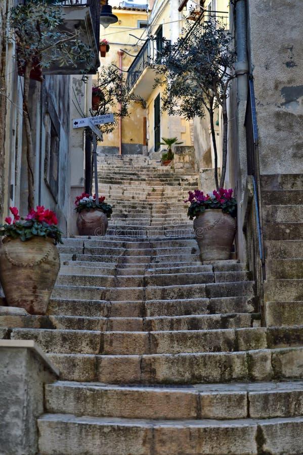 Типичный переулок Scicli, Рагузы, Сицилии, Италии, Европы, места всемирного наследия стоковые изображения rf