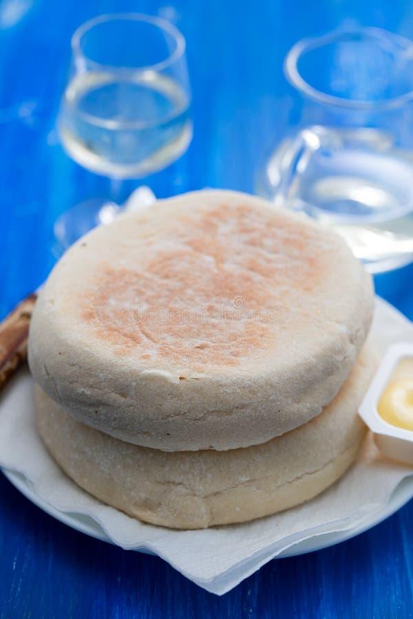 Типичный португальский хлеб Bolo Мадейры делает caco с маслом стоковые изображения rf