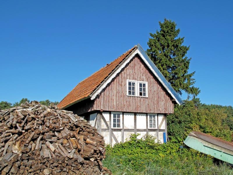 Типичный старый дом фермы, вертел Curonian, Литва стоковые изображения rf