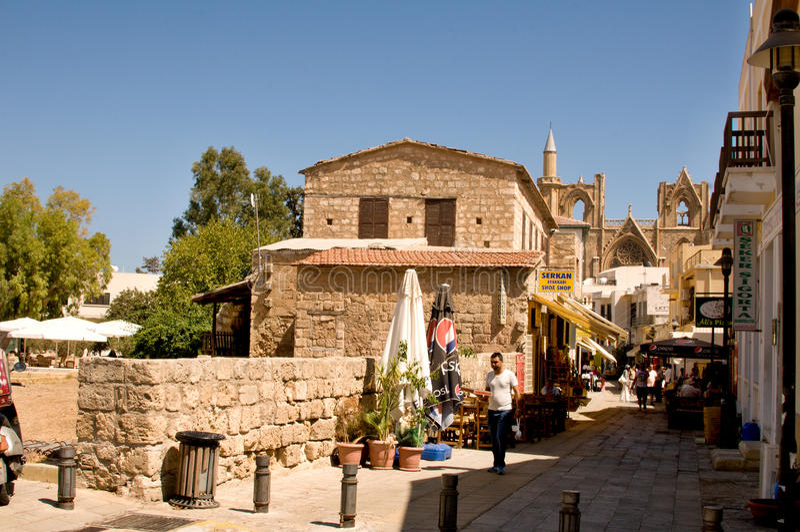 Типичный старый переулок в Famagosta стоковые фото