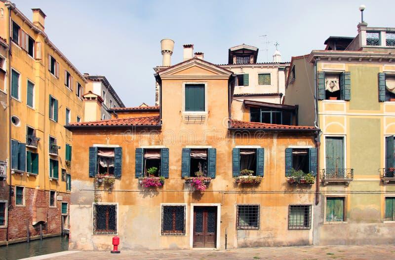 Типичный старый средневековый венецианский дом с оранжевой стеной гипсолита стоковые фото