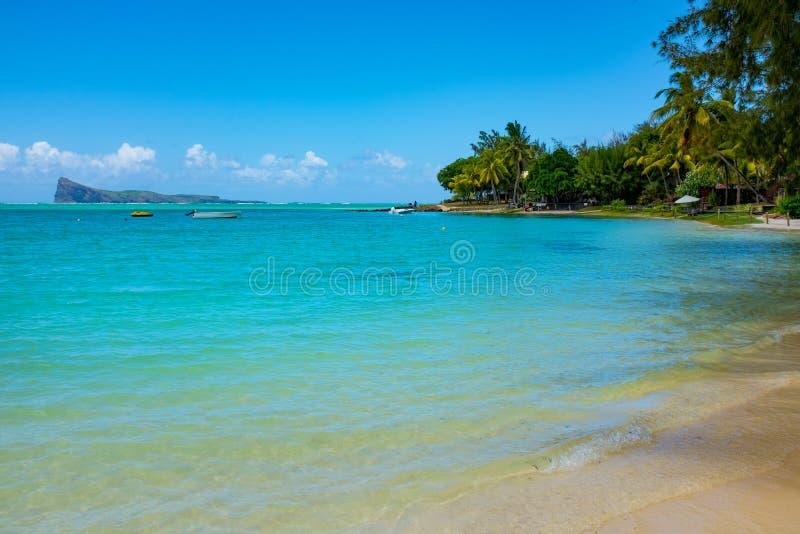 Типичный тропический пляж Маврикий Ослабляющ на удаленном пляже рая, типичный тропический пляж на острове Маврикия стоковые фото