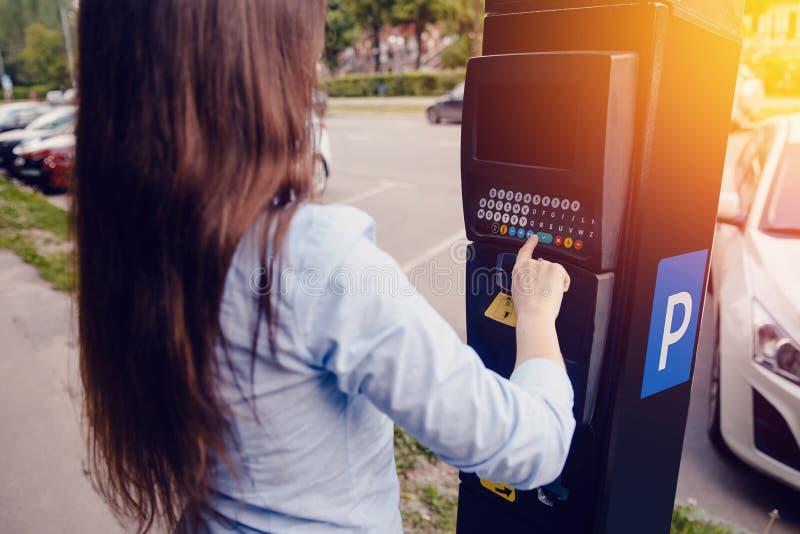 Типы девушки текст с ее руками для делать вне билет для паркуя стоянки и оплаты машины для перемещения стоковые изображения rf