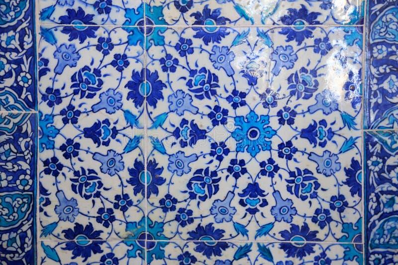 Типы керамических плиток с арабским орнаментом Голубой цветочный узор Турецкая керамика стоковое фото