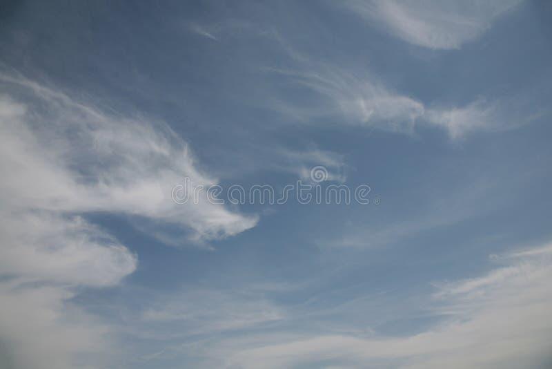 Типы облаков в небе зависят стоковые изображения