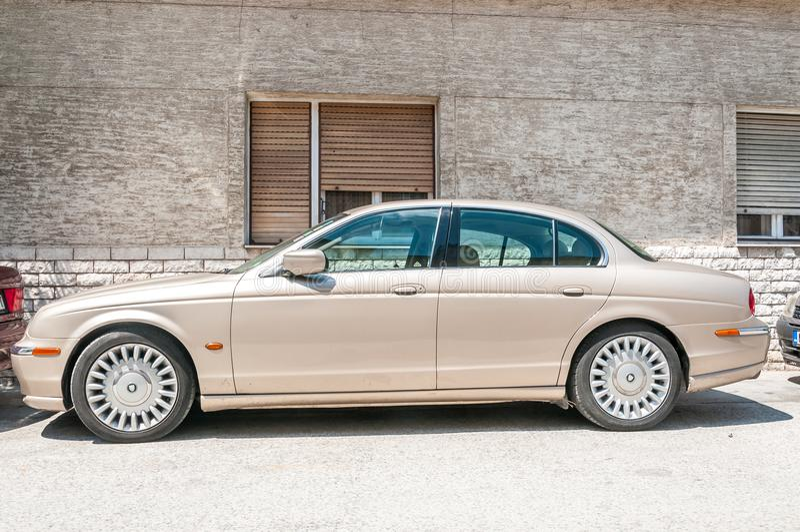 Тип автомобиль ягуара s салона V6 классический припарковал на улице стоковое фото
