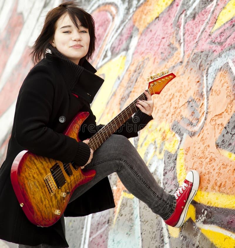 тип гитары девушки брюнет стоковое изображение
