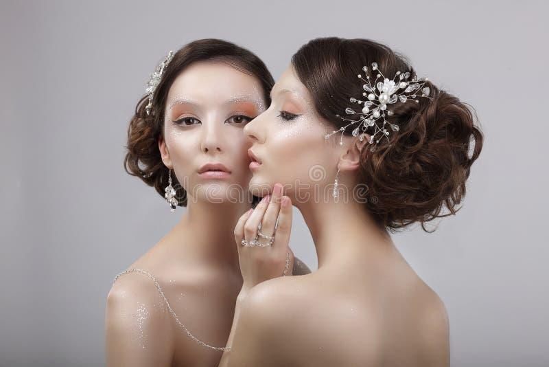 Тип моды 2 притягательных женщины с ювелирными изделиями и составом искусства стоковая фотография rf