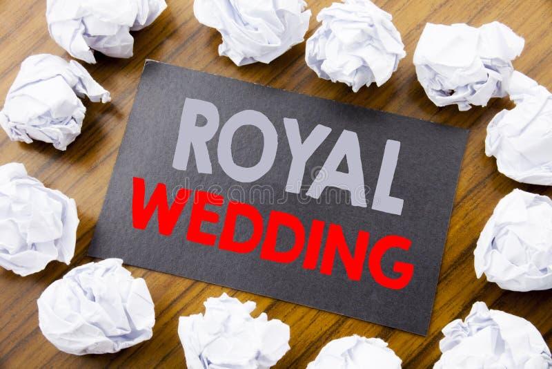 Титр текста сочинительства руки показывая королевскую свадьбу Концепция дела для свадьбы британцев Англии написанной на липкой бу стоковые фотографии rf