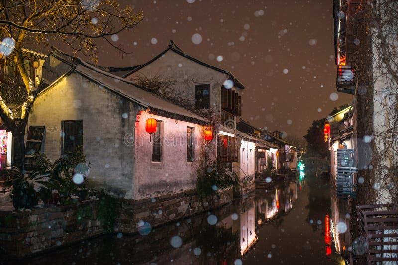 Тихая деревня в темноте снега, zhouzhuang городка воды Китая старая, Сучжоу стоковые изображения rf