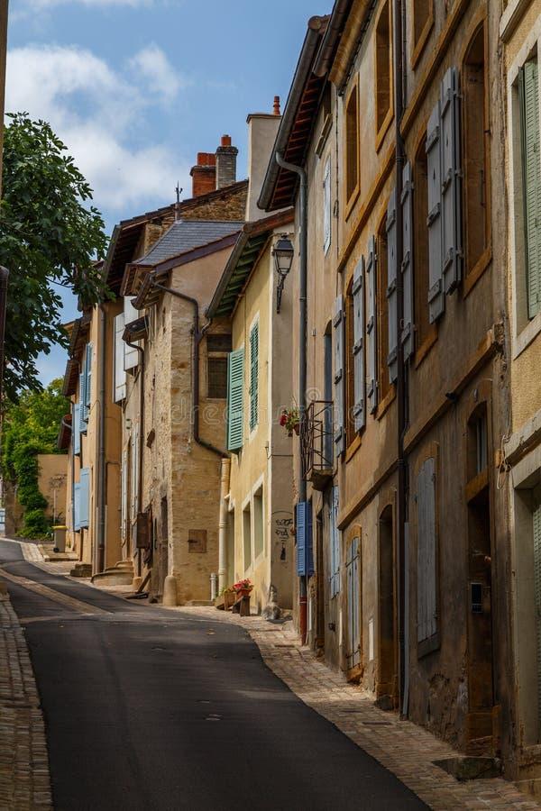 Тихая улица в историческом центре городка Cluny, Франции стоковая фотография rf