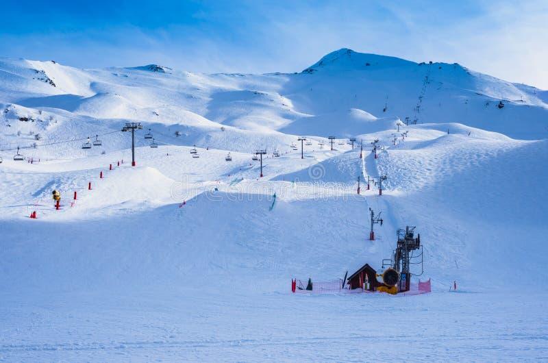 Тихие и пустые наклоны лыжного курорта Piau-Engaly, Пиренеи, Франция стоковая фотография rf