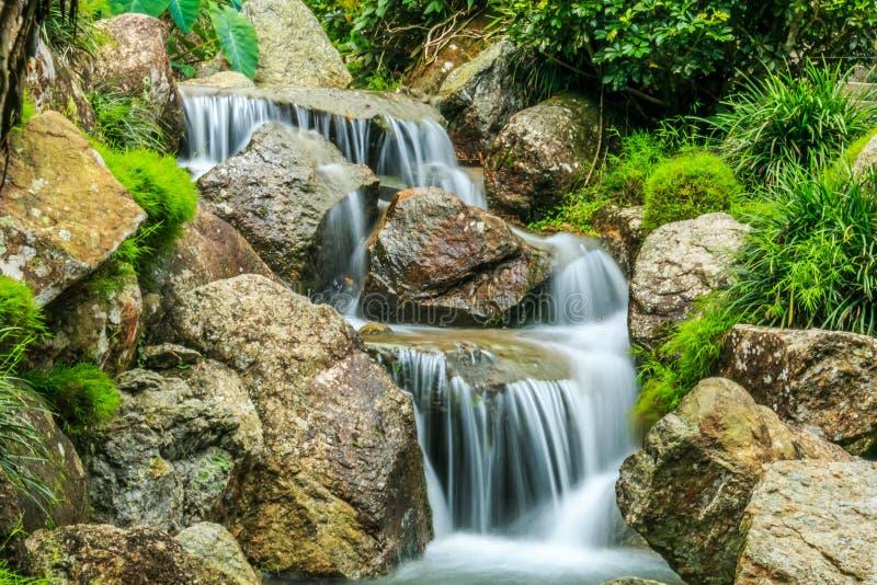 Тихие, мирные и освежая водопады стоковое фото