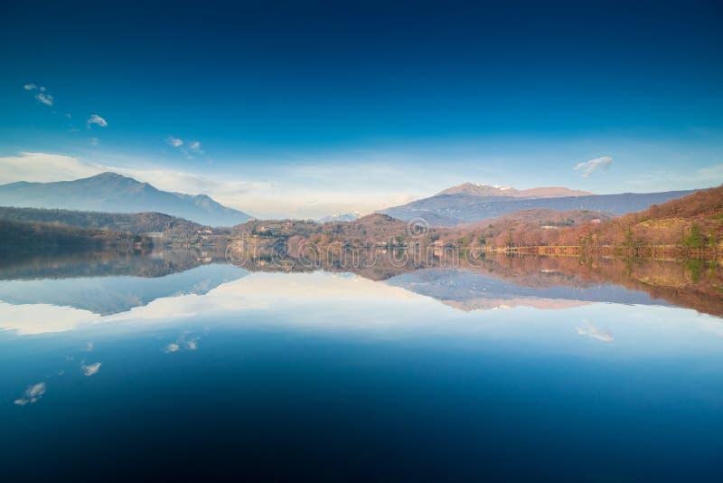 Тихий ландшафт озера горы, голубое небо стоковое изображение rf