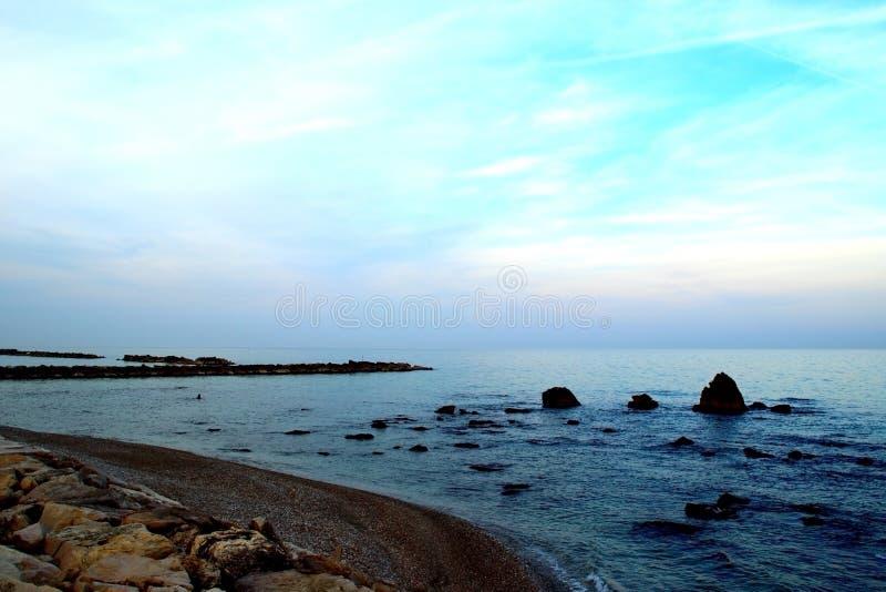 Тихий берег Адриатического моря с много небольшими утесами в нем стоковая фотография