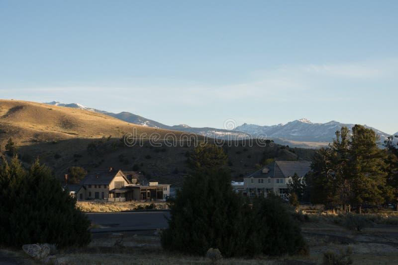 Тихий взгляд раннего утра обозревая Mammoth Hot Springs, национальный парк Йеллоустон стоковая фотография