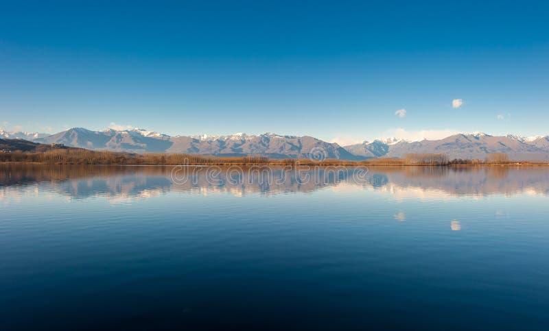 Тихий горизонт озера горы с холмами и голубым небом стоковая фотография rf