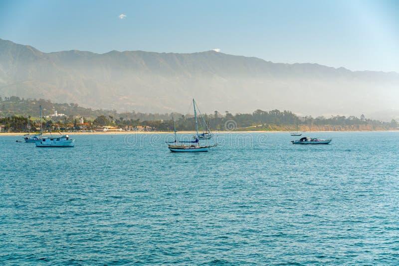 Тихий океан, парусники, пляж Санта-Барбара, Калифорния стоковые фото