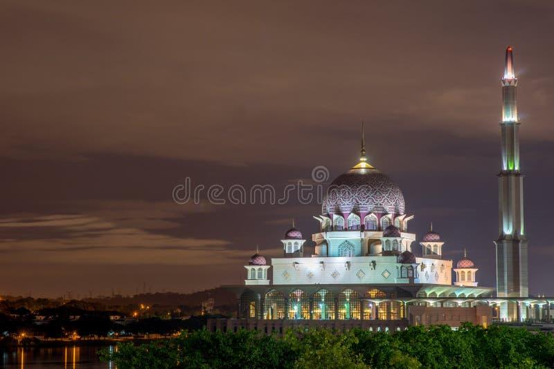 Тихое великолепие мечети Putra стоковые фотографии rf