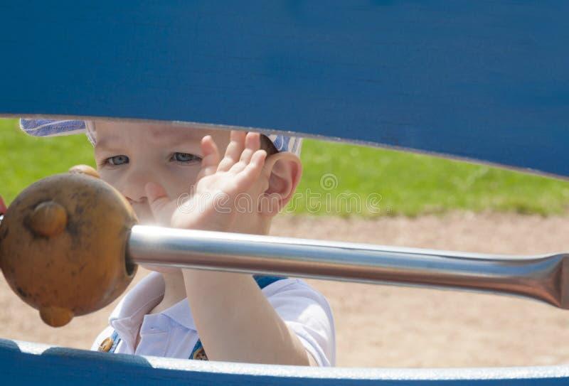 2-ти летний мальчик играя с шариками на строке стоковая фотография