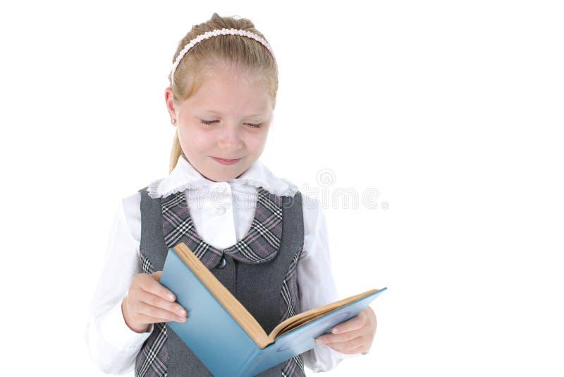 8-ти летняя девушка школы прочитала книгу стоковые фото