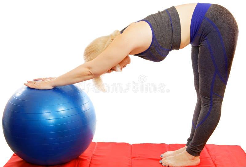 48-ти летняя женщина выполняет тренировку от склонности курса Pilates к fitball стоковое изображение rf