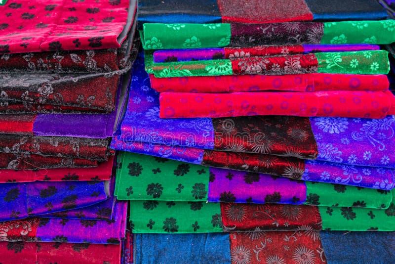 Ткани Hmong традиционные на стойле рынка в провинции Ha Giang, северном Вьетнаме стоковые изображения