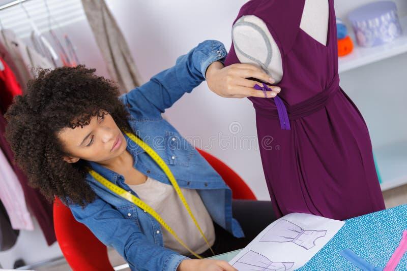 Ткань Афро-американского женского dressmaker шить на швейной машине стоковая фотография rf
