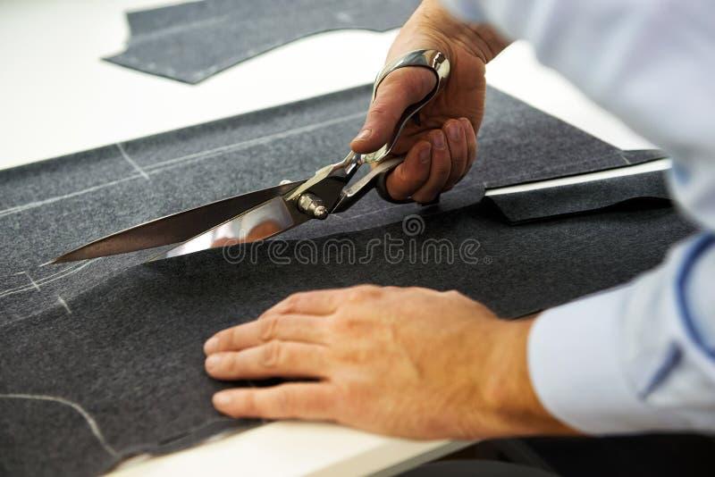 Ткань вырезывания портноя с большими ножницами стоковые изображения
