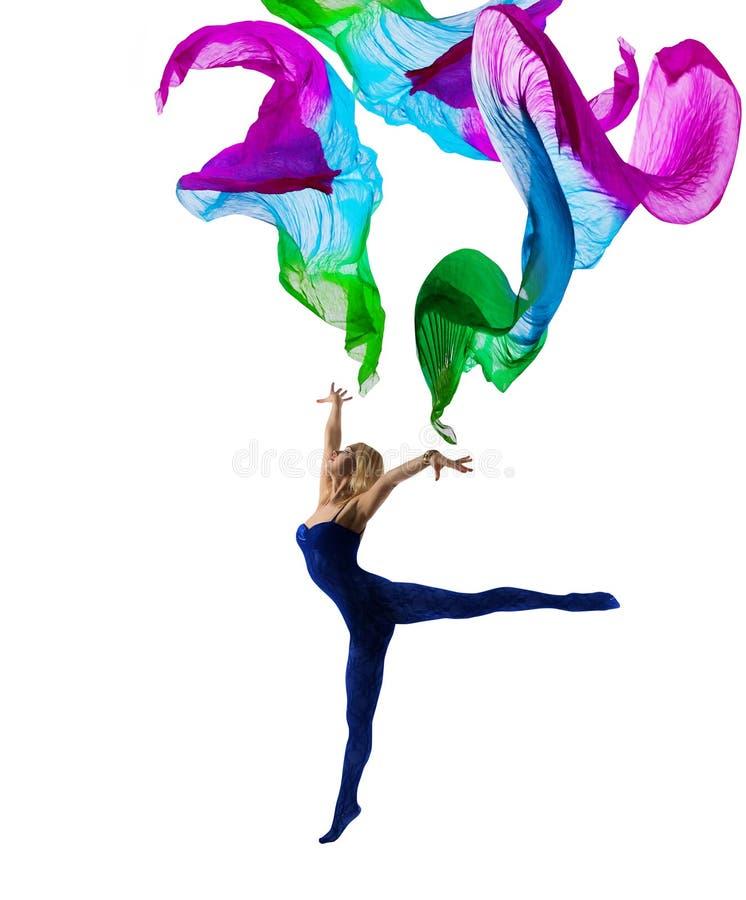 Ткань летания женщины танцора гимнастическая, гимнаст девушки на белизне стоковое фото