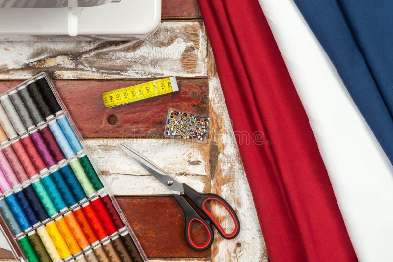 Ткань и оборудование швейной машины стоковое изображение rf