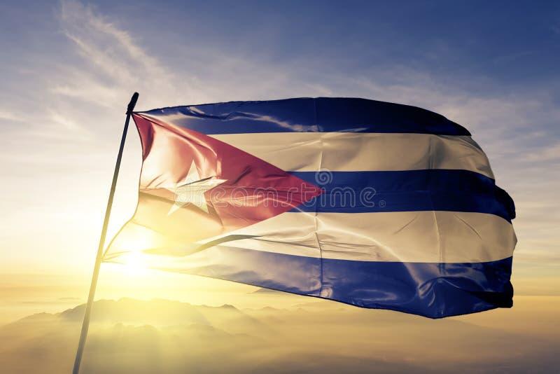 Ткань ткани ткани национального флага Кубы развевая на верхней части бесплатная иллюстрация