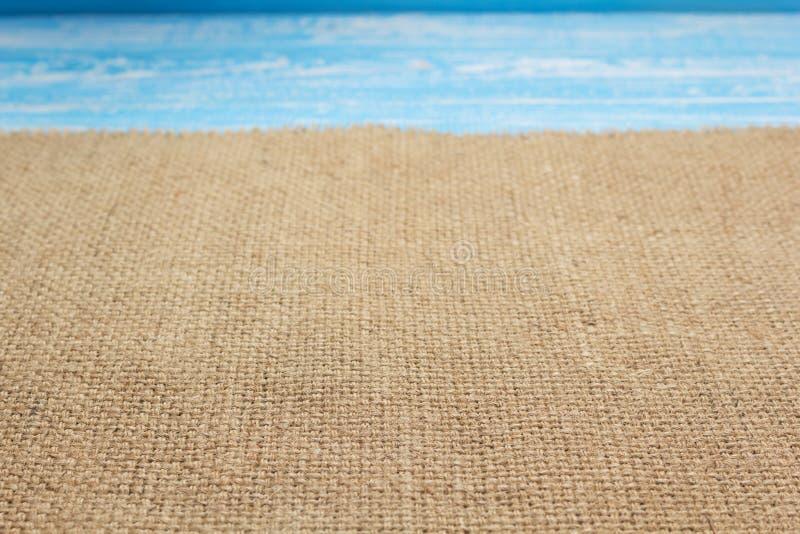 ткань увольнения мешковины гессенская на деревянной предпосылке стоковые фотографии rf