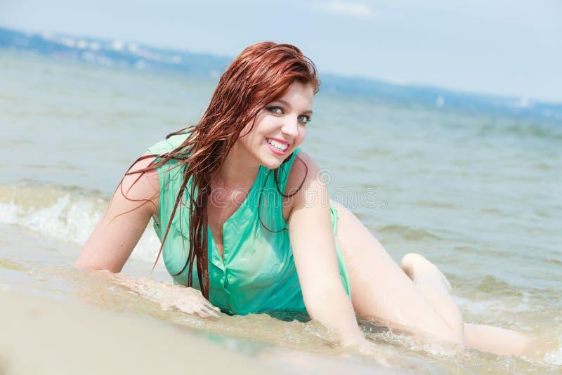 Ткань чувственной девушки влажная в воде на побережье стоковая фотография rf