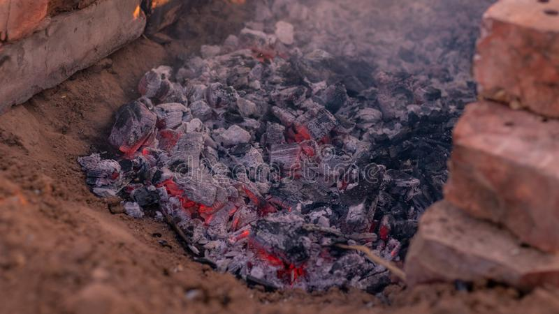 Тлеющие угли от огня для варить лагерный костер стоковое изображение rf