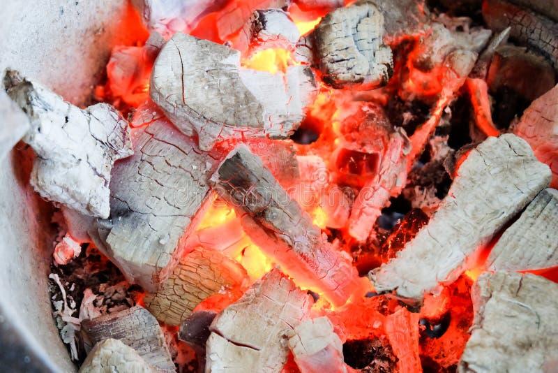 Тлеющие угли после огня стоковые изображения