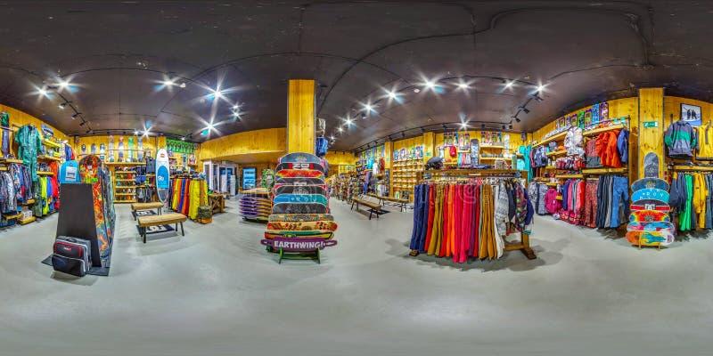 Товары магазина МОСКВЫ РОССИИ 11-ое ноября 2016 спортивные для активных и весьма спорт Сноуборды, лыжи, велосипеды, панорама 360 стоковое фото