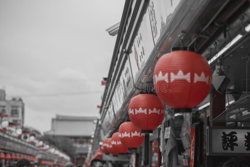 ТОКИО - 30-ОЕ МАЯ: Торговая улица Nakamise в Asakusa, токио на 3 стоковые изображения