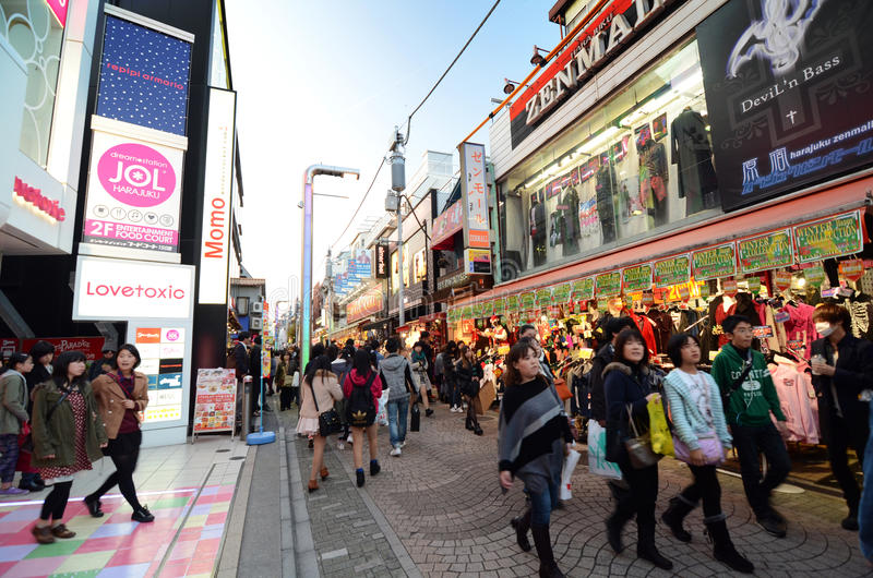 ТОКИО - 24-ОЕ НОЯБРЯ: Люди, главным образом малолетки, прогулка через Takeshi стоковое фото