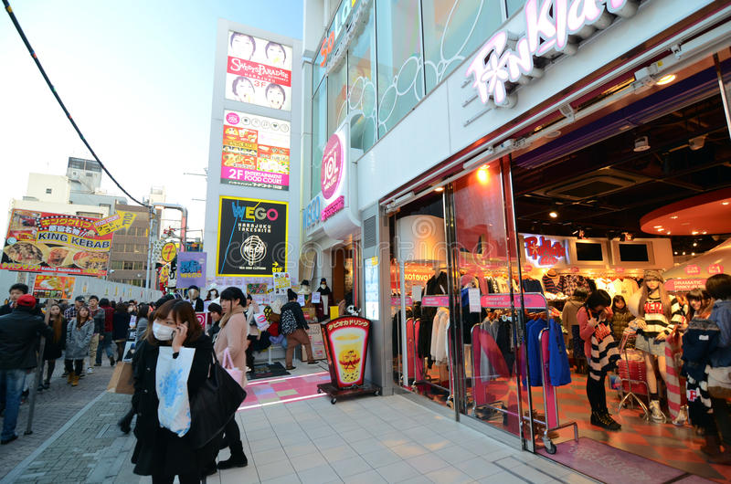 ТОКИО - 24-ОЕ НОЯБРЯ: Люди, главным образом малолетки, прогулка через Takeshi стоковые фотографии rf