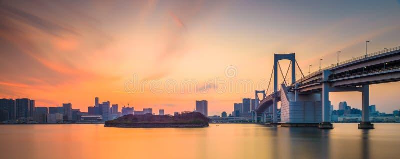 Токио, Япония на мосте радуги spanning залив стоковые фото