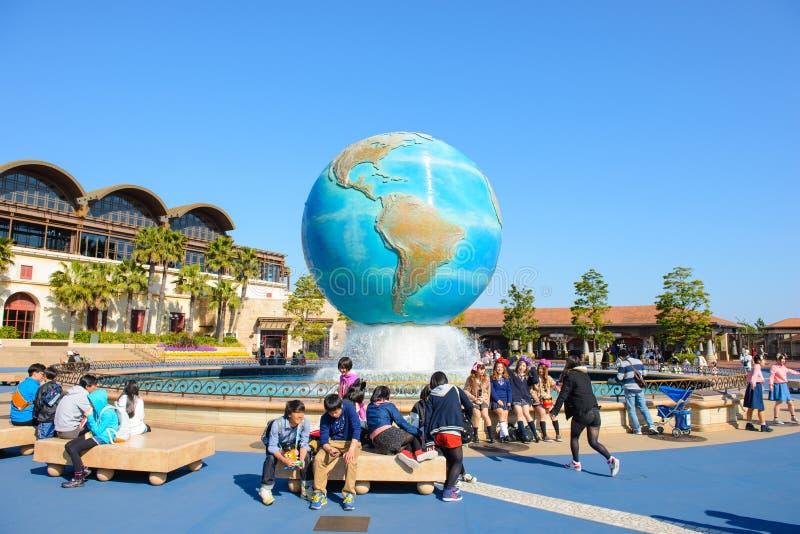 Токио, Япония - 2-ое апреля 2015: Структура глобуса модельная круглая на парке фонтана в море Дисней стоковые фото