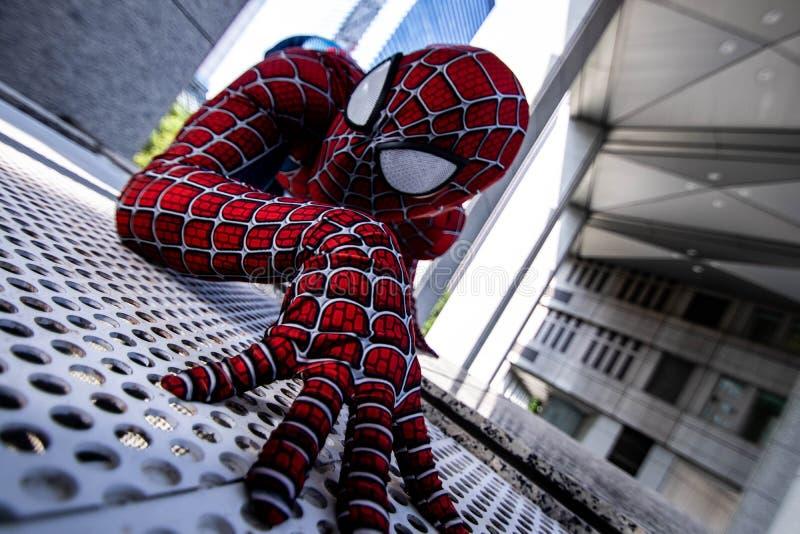 Токио, Япония - 15-ое июня 2019: Человек в человек-пауке чуда костюма супергероя шуточном на улице стоковые фото