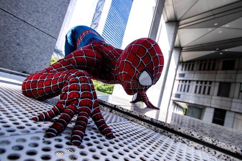 Токио, Япония - 15-ое июня 2019: Человек в человек-пауке чуда костюма супергероя шуточном на улице стоковое изображение