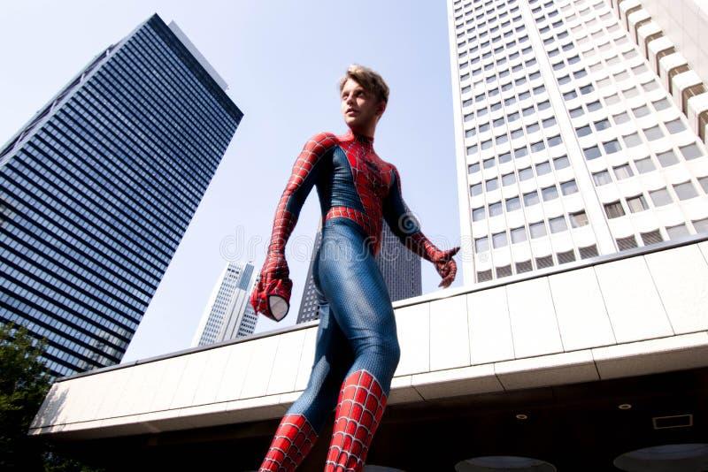 Токио, Япония - 15-ое июня 2019: Человек в человек-пауке чуда костюма супергероя шуточном на улице стоковая фотография rf