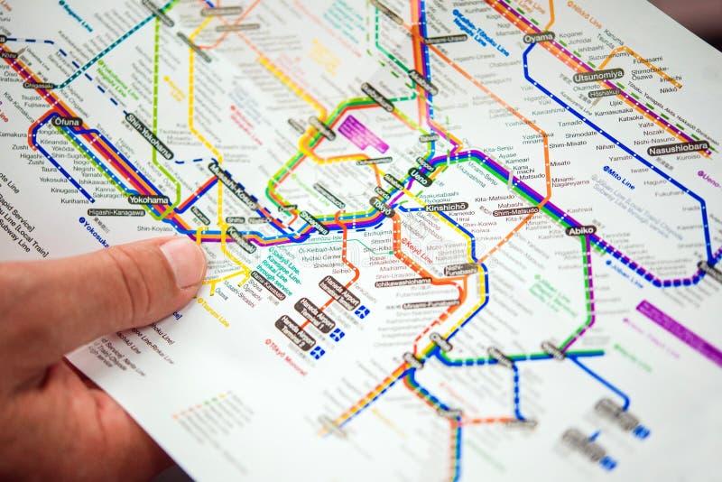 ТОКИО, ЯПОНИЯ - 7-ОЕ НОЯБРЯ 2017: Карта метро Токио Конец-вверх фокуса съемка outdoors селективная стоковое фото