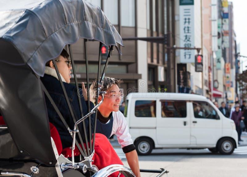ТОКИО, ЯПОНИЯ - 31-ОЕ ОКТЯБРЯ 2017: Рикша на улице города Конец-вверх стоковые изображения