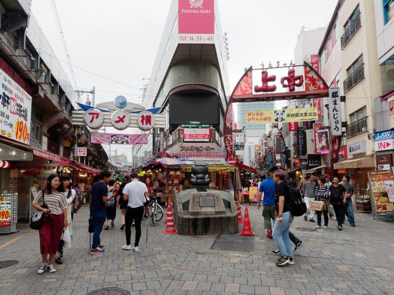 ТОКИО, ЯПОНИЯ - 28-ОЕ СЕНТЯБРЯ 2017: Ameyoko, занятая улица рынка вдоль железнодорожных путей Yamanote стоковые изображения rf