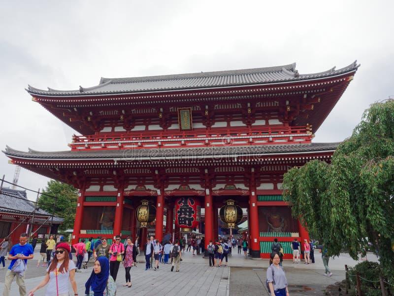 ТОКИО, ЯПОНИЯ - 28-ОЕ СЕНТЯБРЯ 2017: Hozomon, строб сокровищницы, известное туристское назначение водит к Senso-ji стоковые изображения